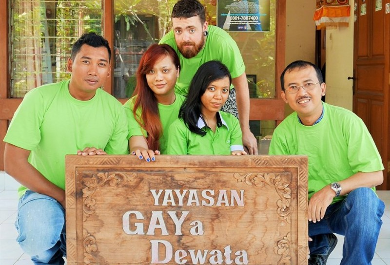 Australian volunteer Beau Newham back with colleagues from the Gaya Dewata Foundation